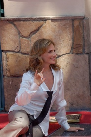 Marlee Matlin signs I love you