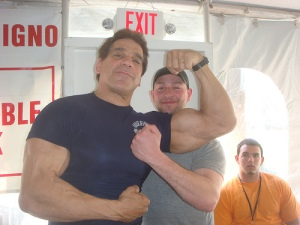 Lou Ferrigno flexes his bicep for a fan.